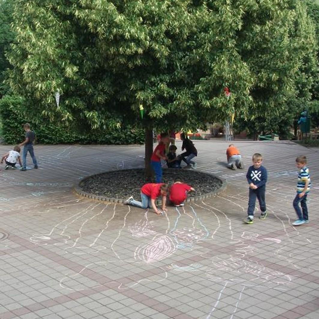 Hüpf auf mein Bild – GehwegPlattenBemalung für Schulhof